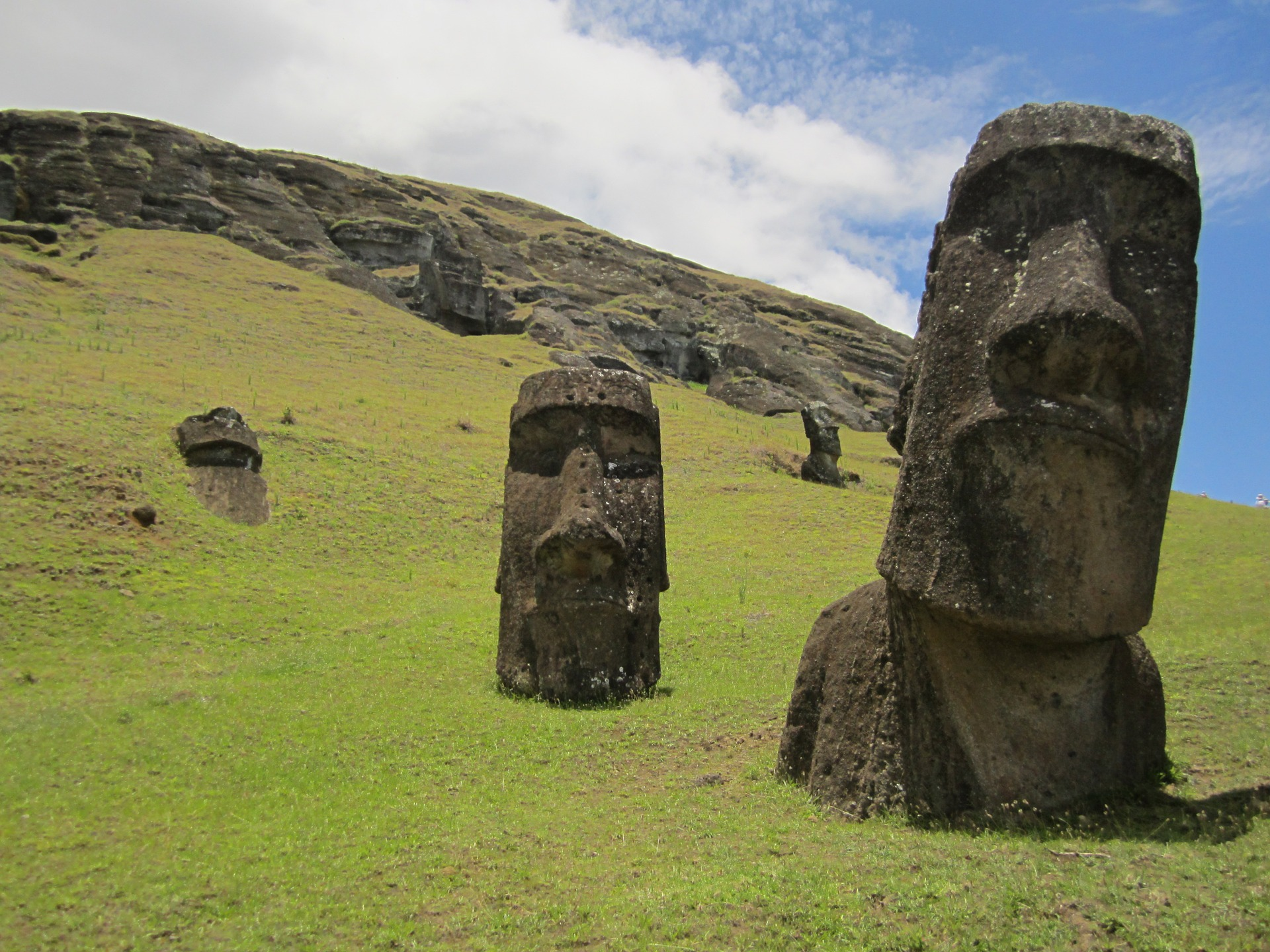 Einwohner Chile Steinskulpturen Gesichter