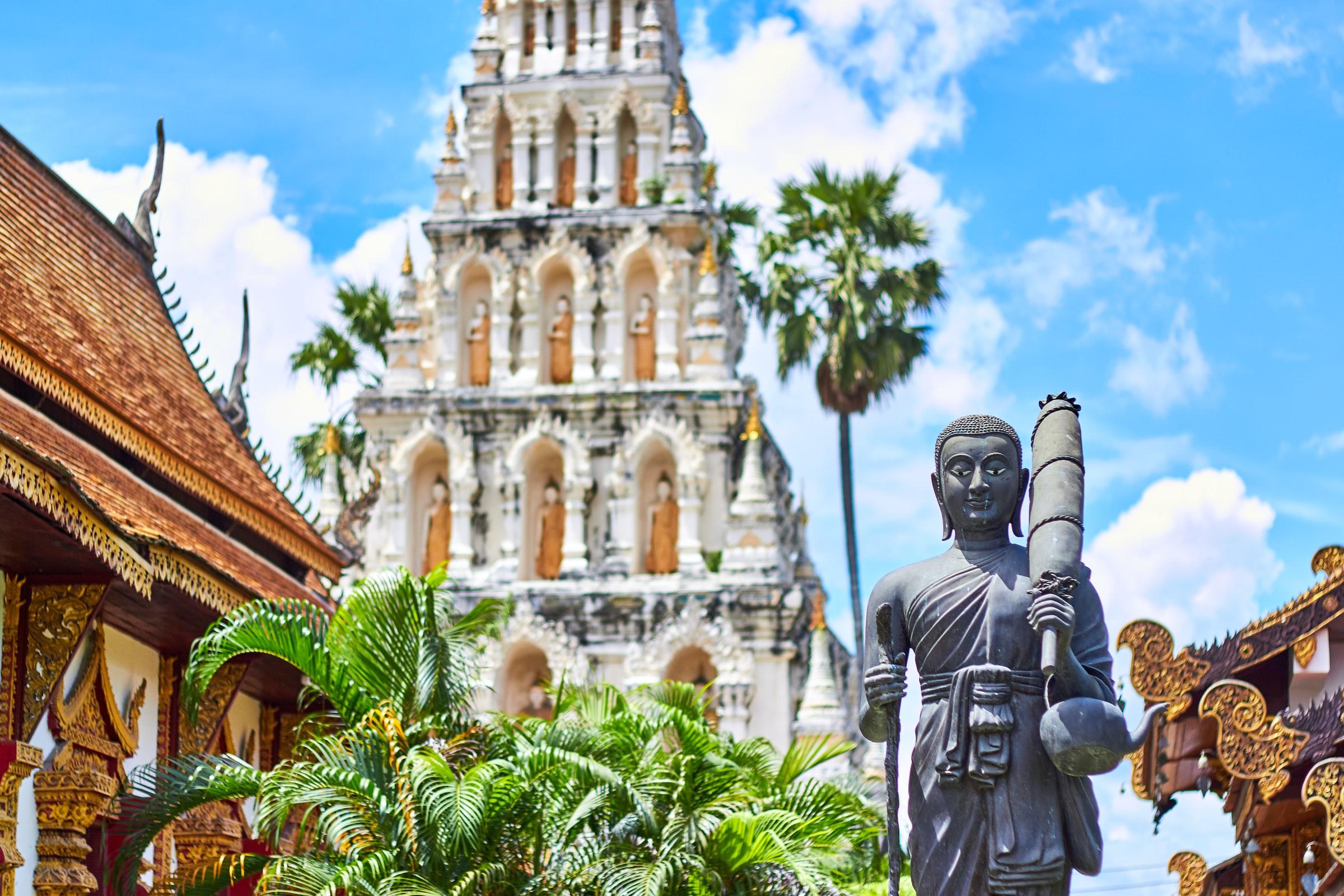 Thailand Regensaison Gebäude und Skulptur