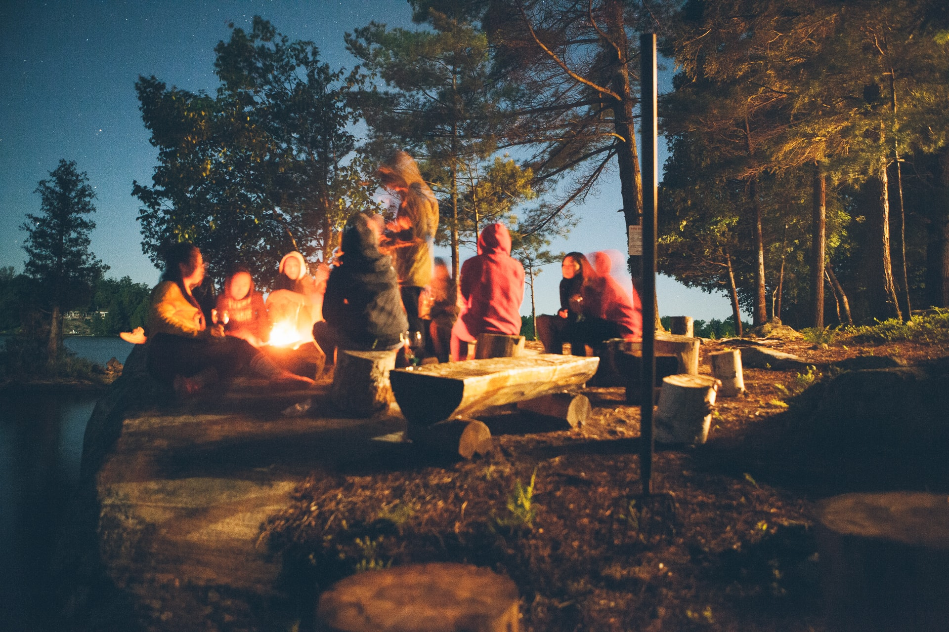 campingplätze-frankreich-lagerfeuergruppe