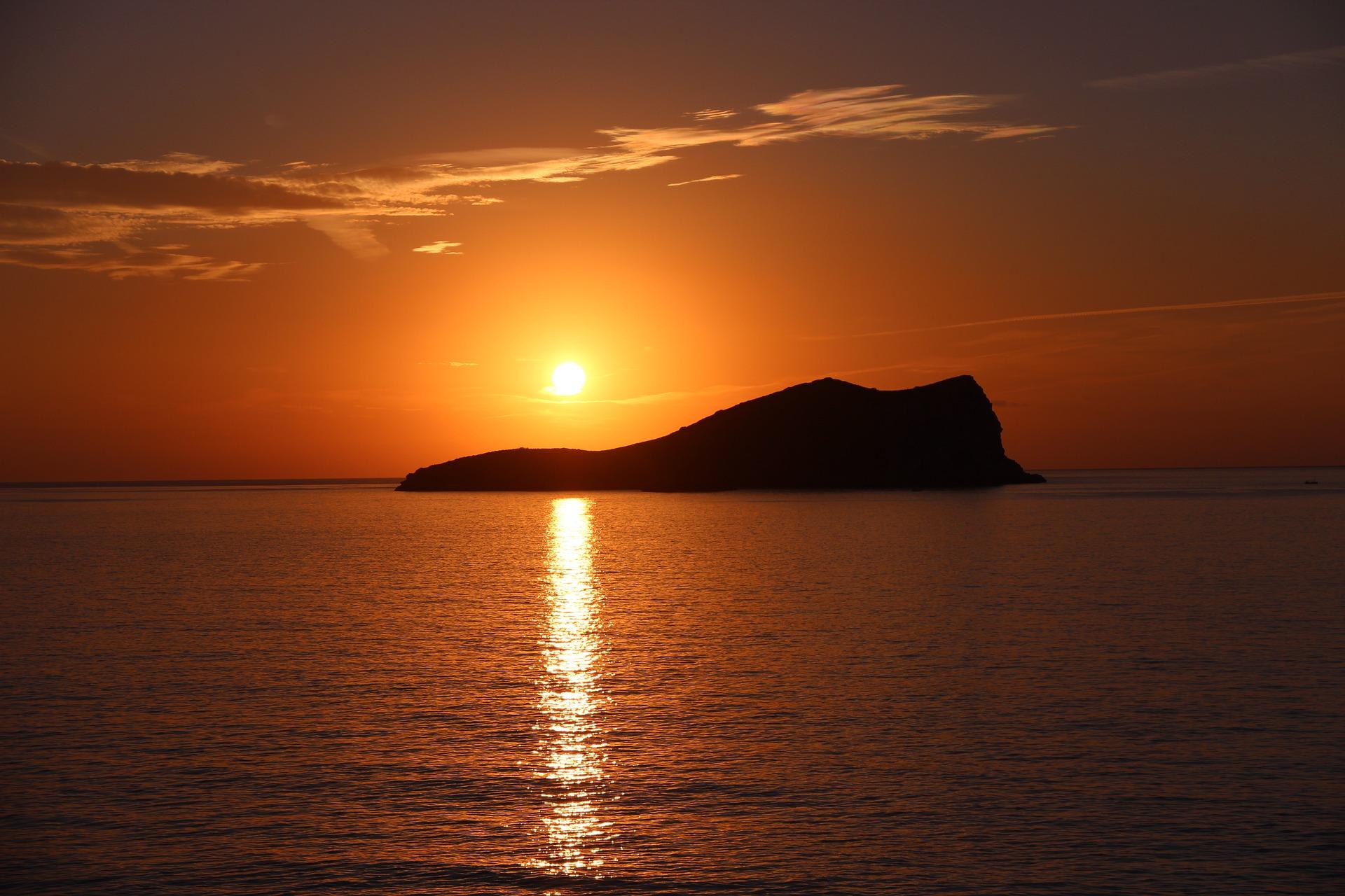 günstige Alternativen zu teuren Reisezielen Meer Berg Sonnenuntergang