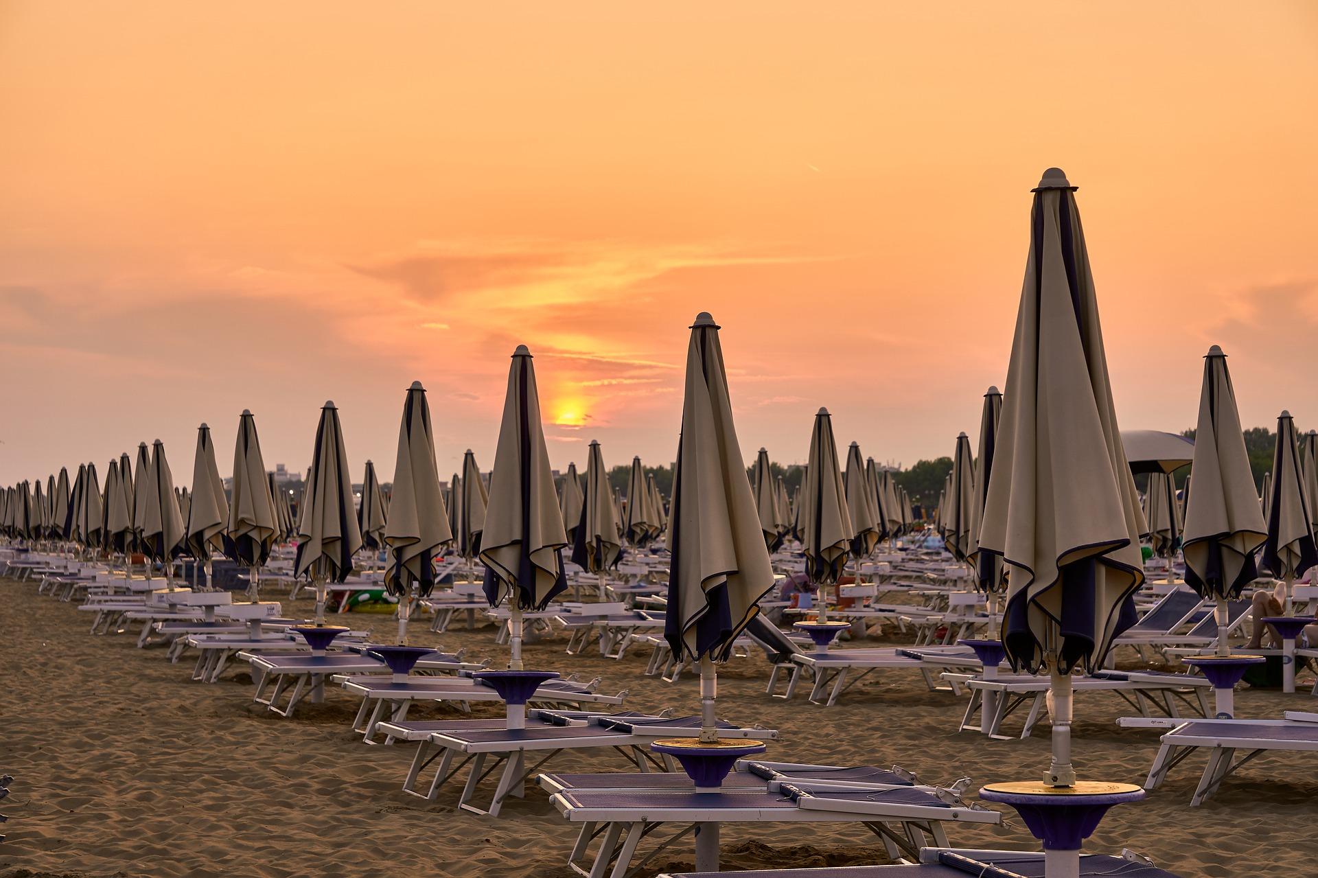 Adriaküste - Strandliegen und Sonnenschirme