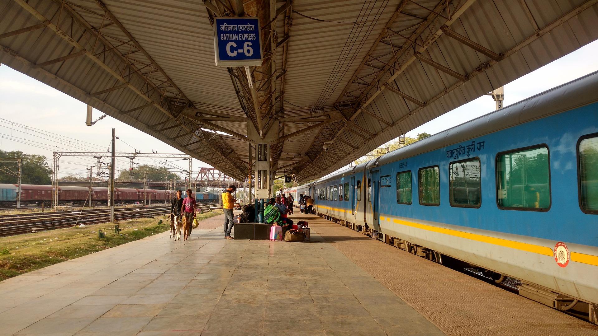 Agra Indien Bahnsteig