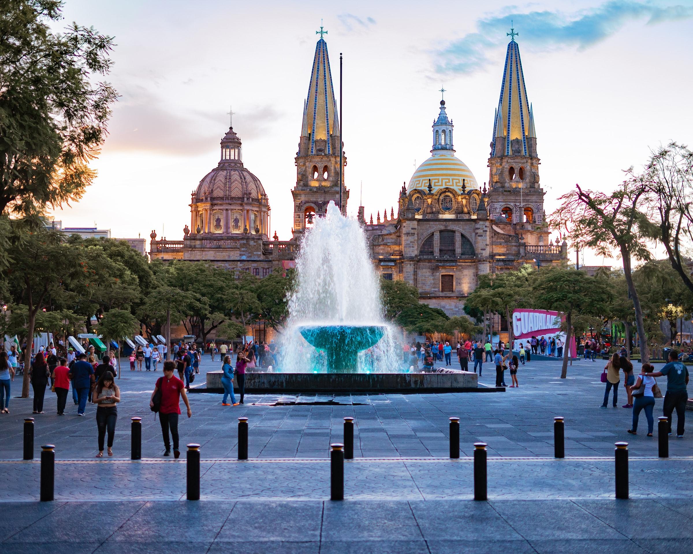 Guadalajara - Brunnen und Gebäude