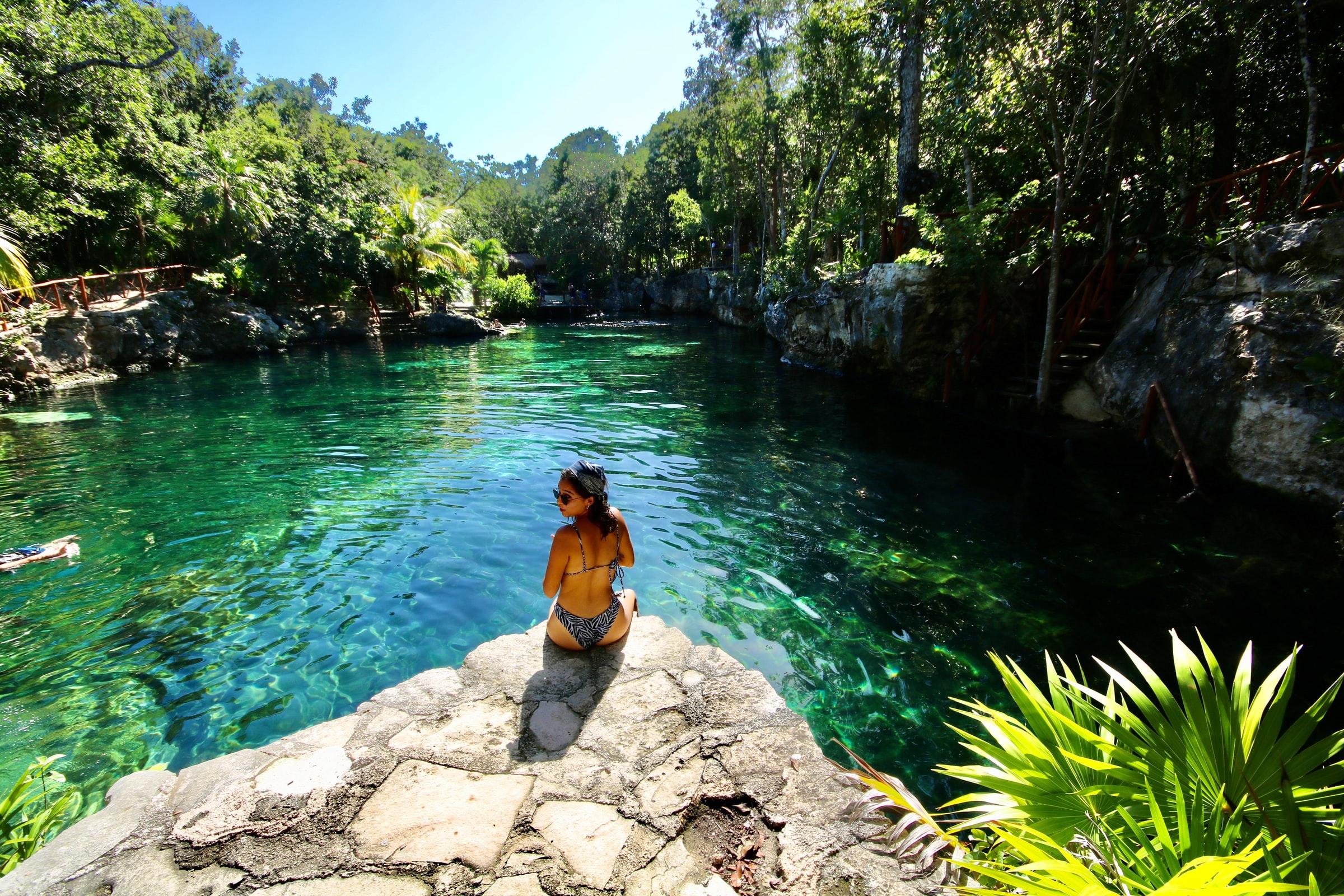 Karibikküste - Wasser und Frau im Bikini