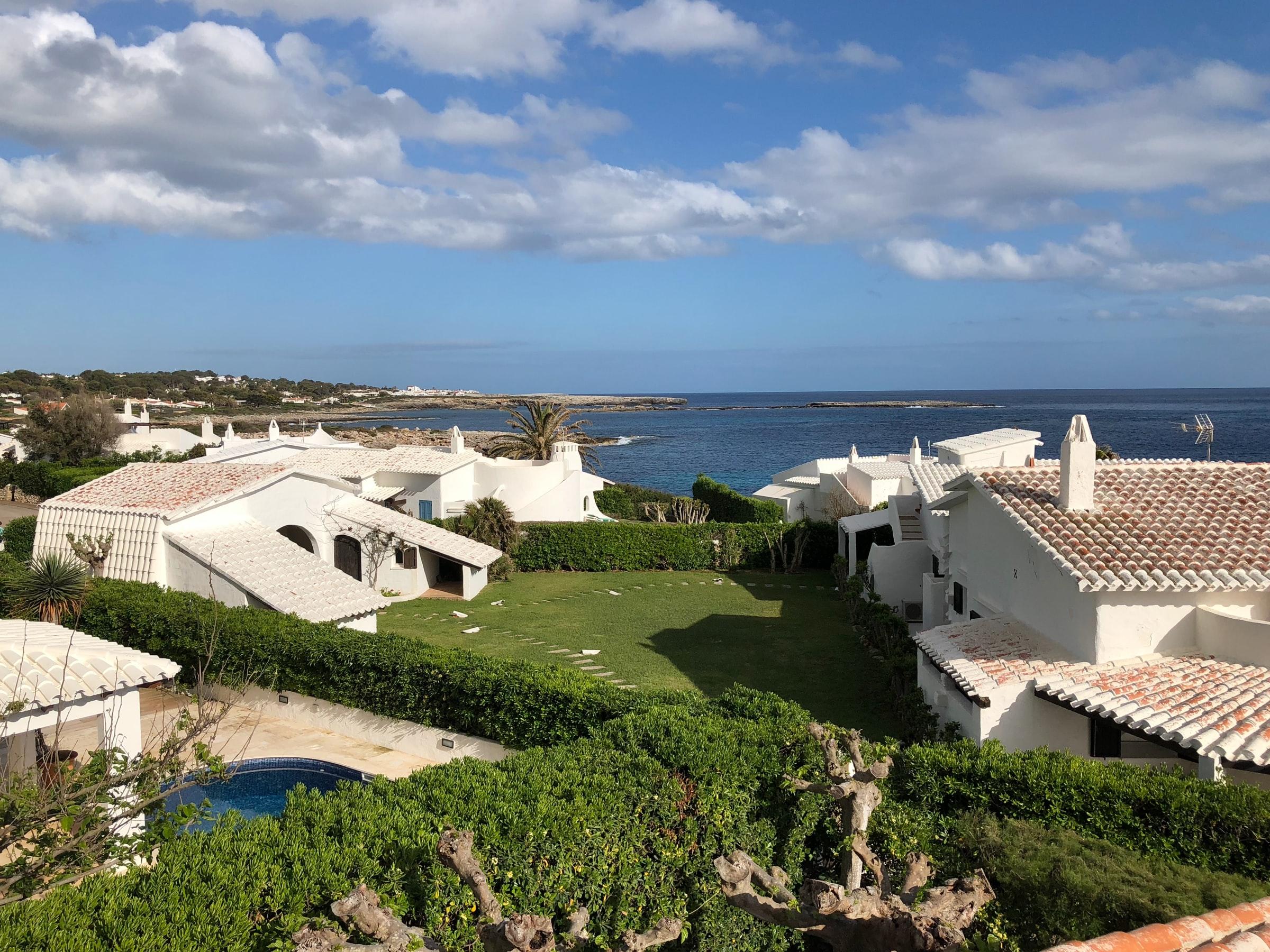 Menorca - weiße Häuser, Wiese, Meer