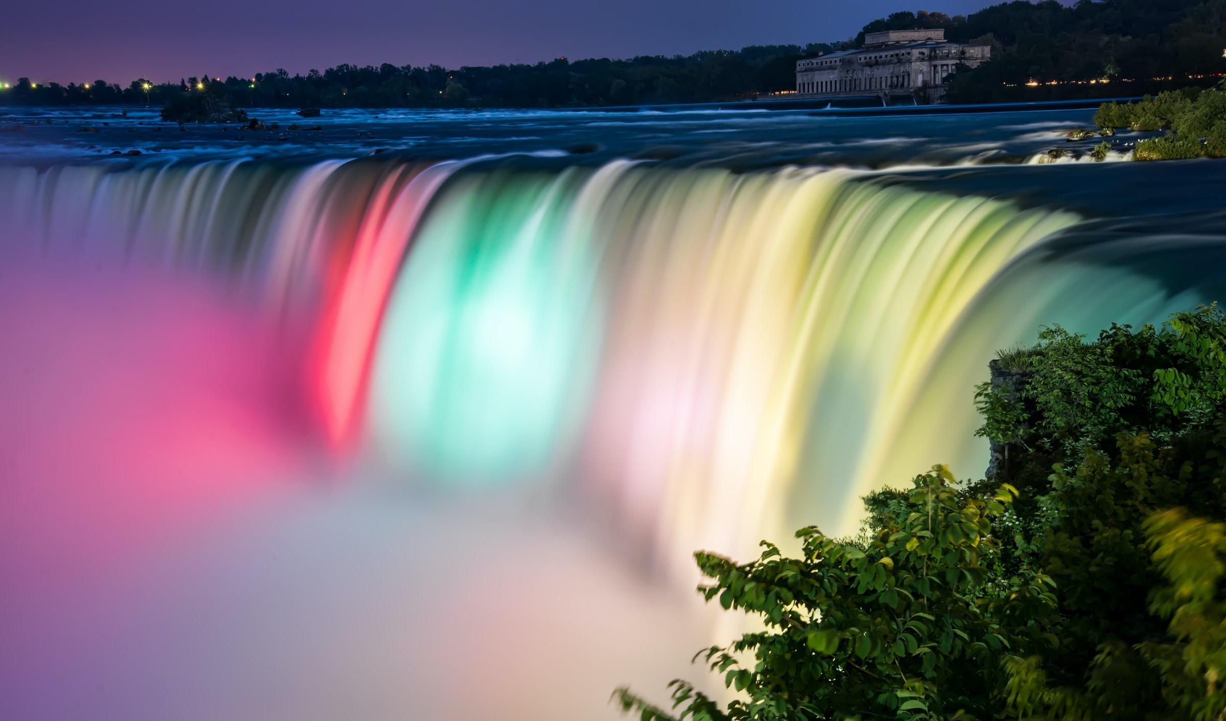 Niagarafälle bunt beleuchtet
