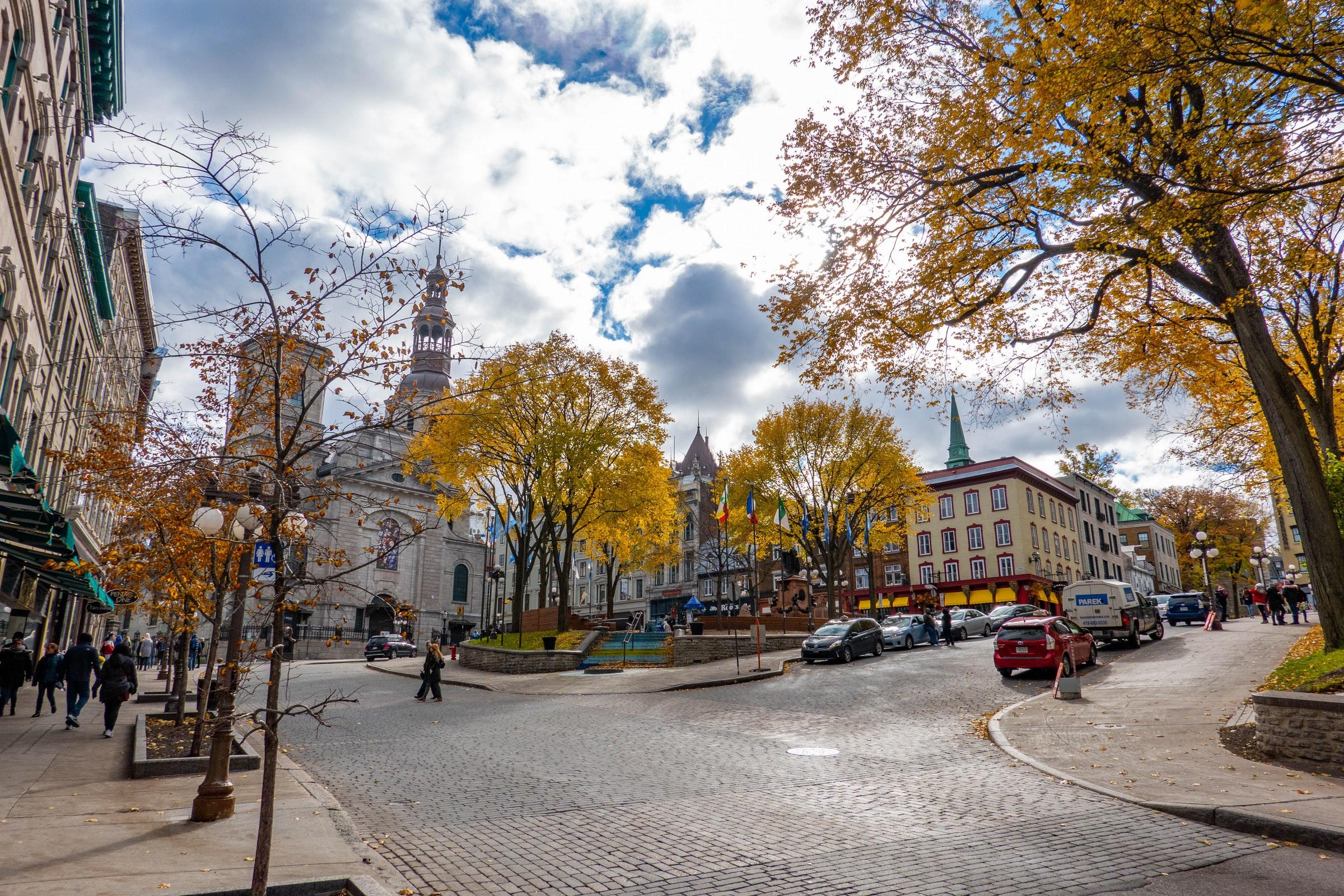Quebec City Kanada Straße und Bäume und Gebäude