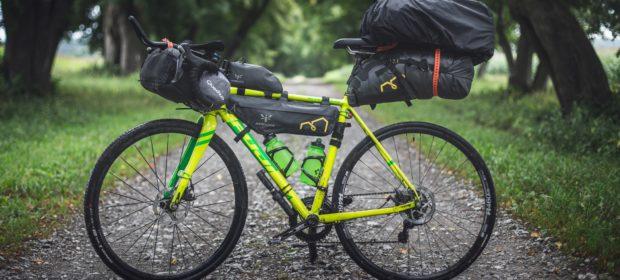 Umweltfreundliche Transportmittel - Fahrrad mit Packtaschen