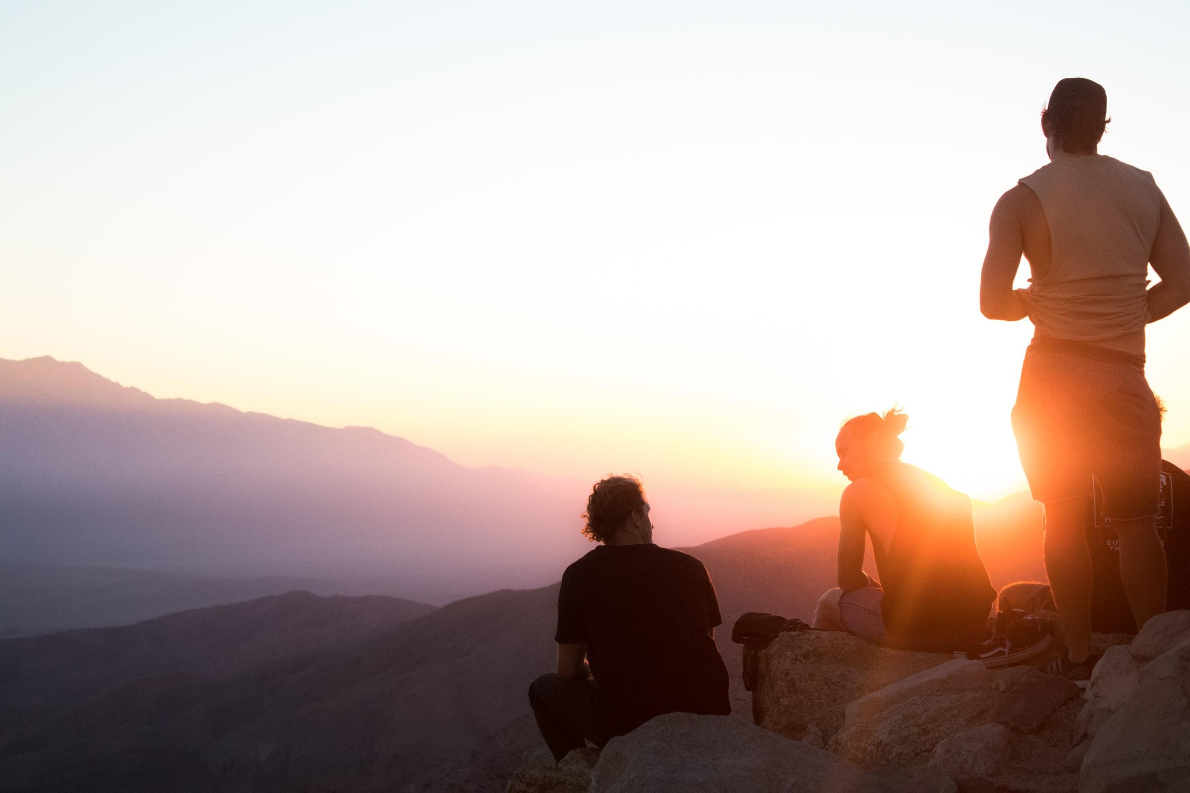 Umweltfreundliche Transportmittel - Wandern - Menschen bei Sonnenaufgang