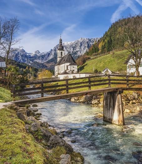 Kirche mit Bergblick