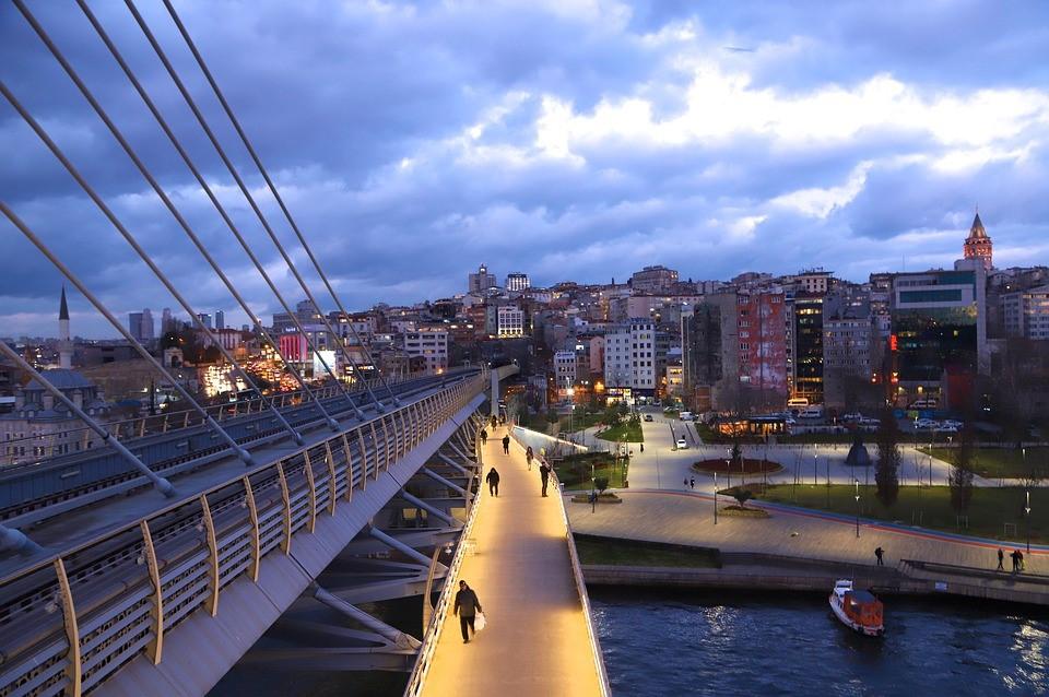 Interrail Zugbrücke Stadt
