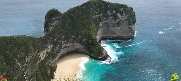 Nusa Penida Bucht Blaues klares Wasser, Blick von oben