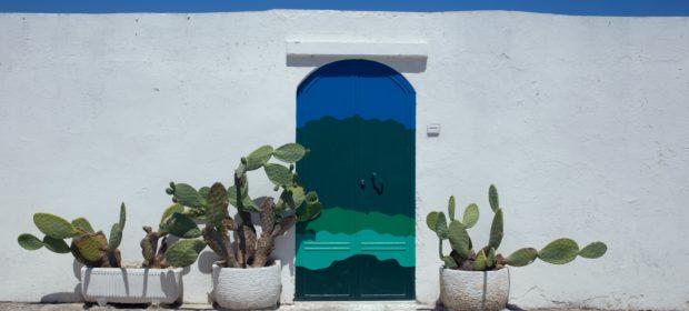 Apulien, Italien, weiße Fassade und blaue Tür