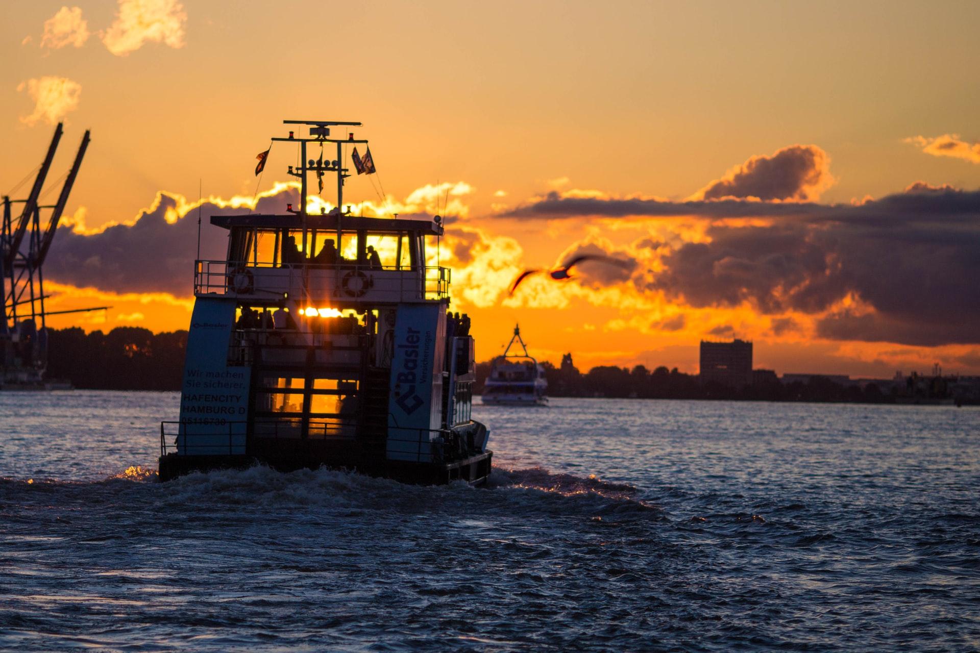 Regional reise, Urlaub in Hamburg, Hafenfähre und Sonnenuntergang