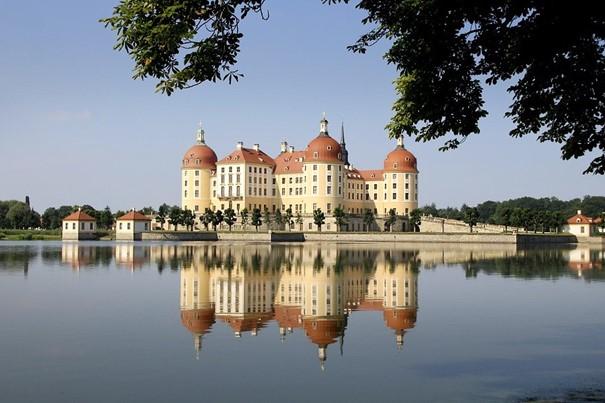 Urlaub in Sachsen, Schloss und See der spiegelt