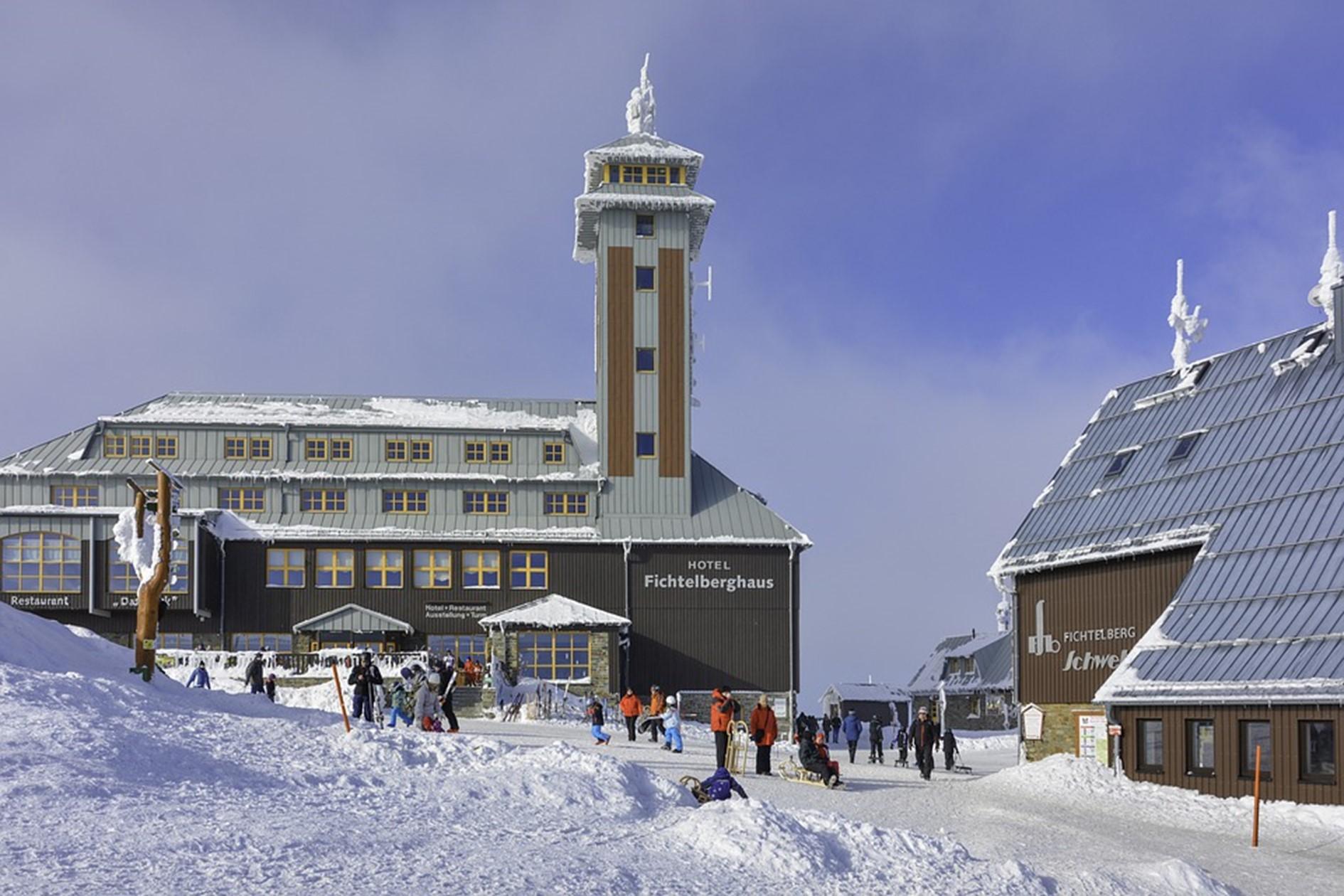 Urlaub in Sachsen, regional reisen, Schnee auf dem Gipfel