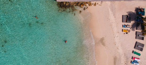 Strand und türkisblaues Wasser in der Karibik
