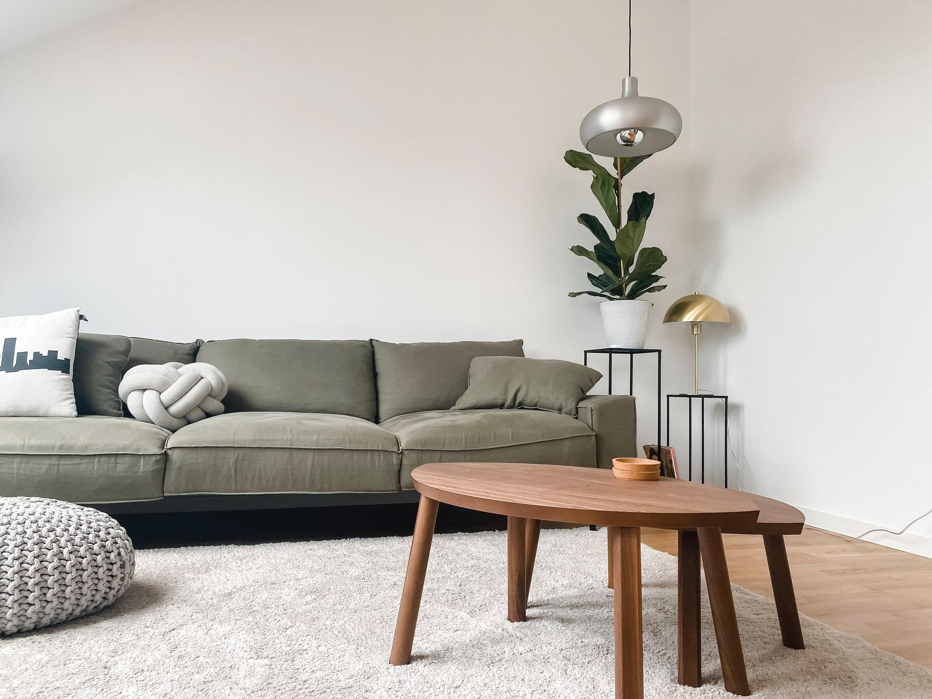 Schlichte Wohnzimmereinrichtung in grau gehalten, mit Holztisch