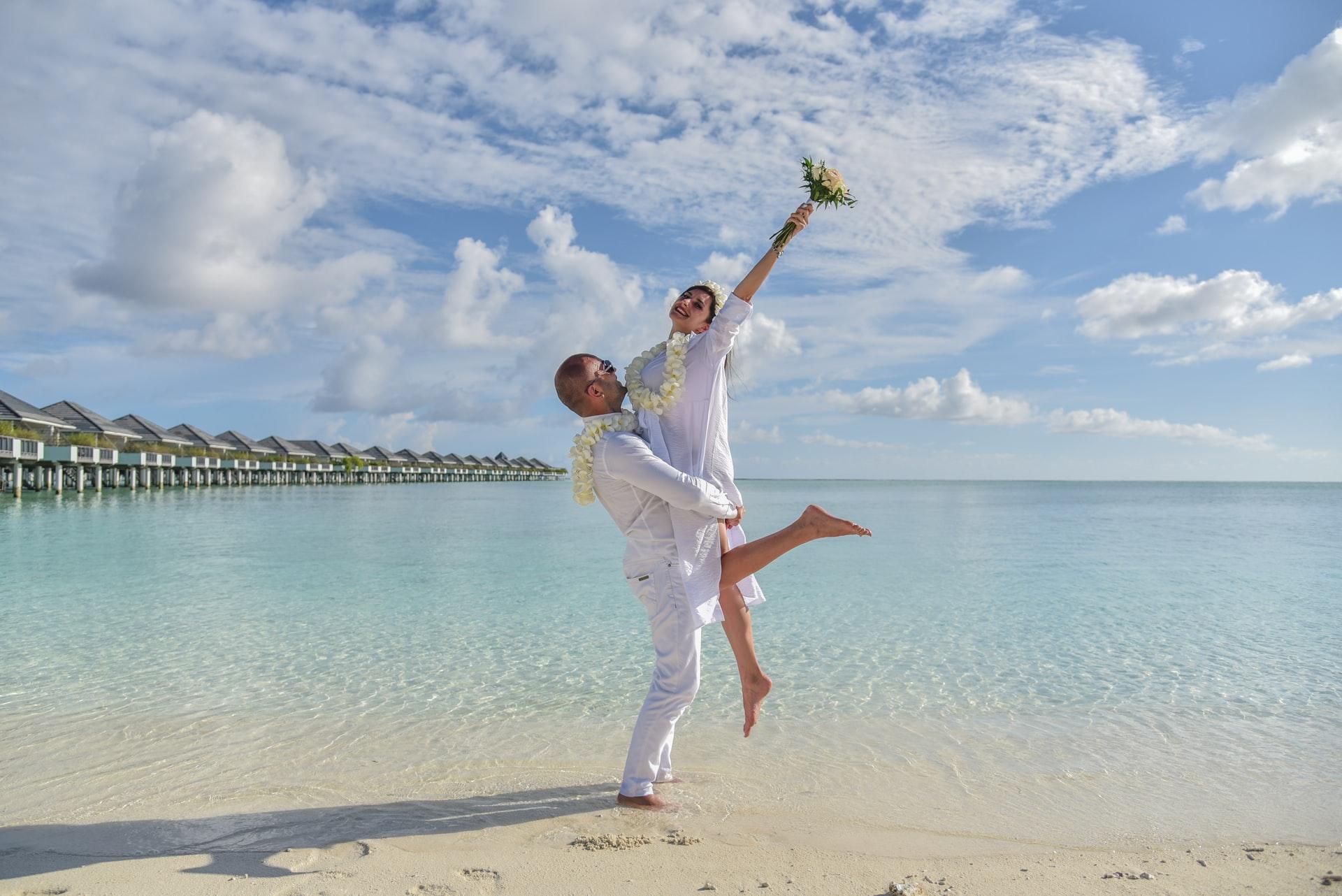 Frisch verheiratetes Paar glücklich am Strand