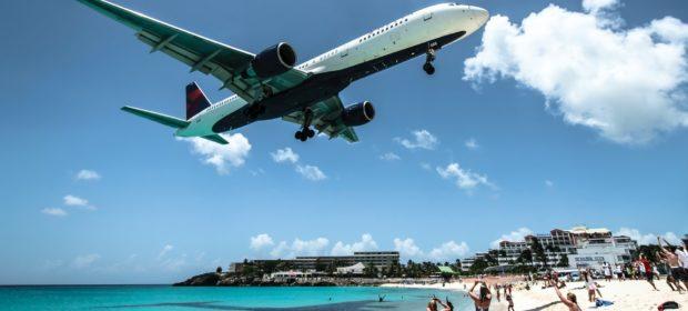 Flugzeug landet in einer Urlaubsregion.