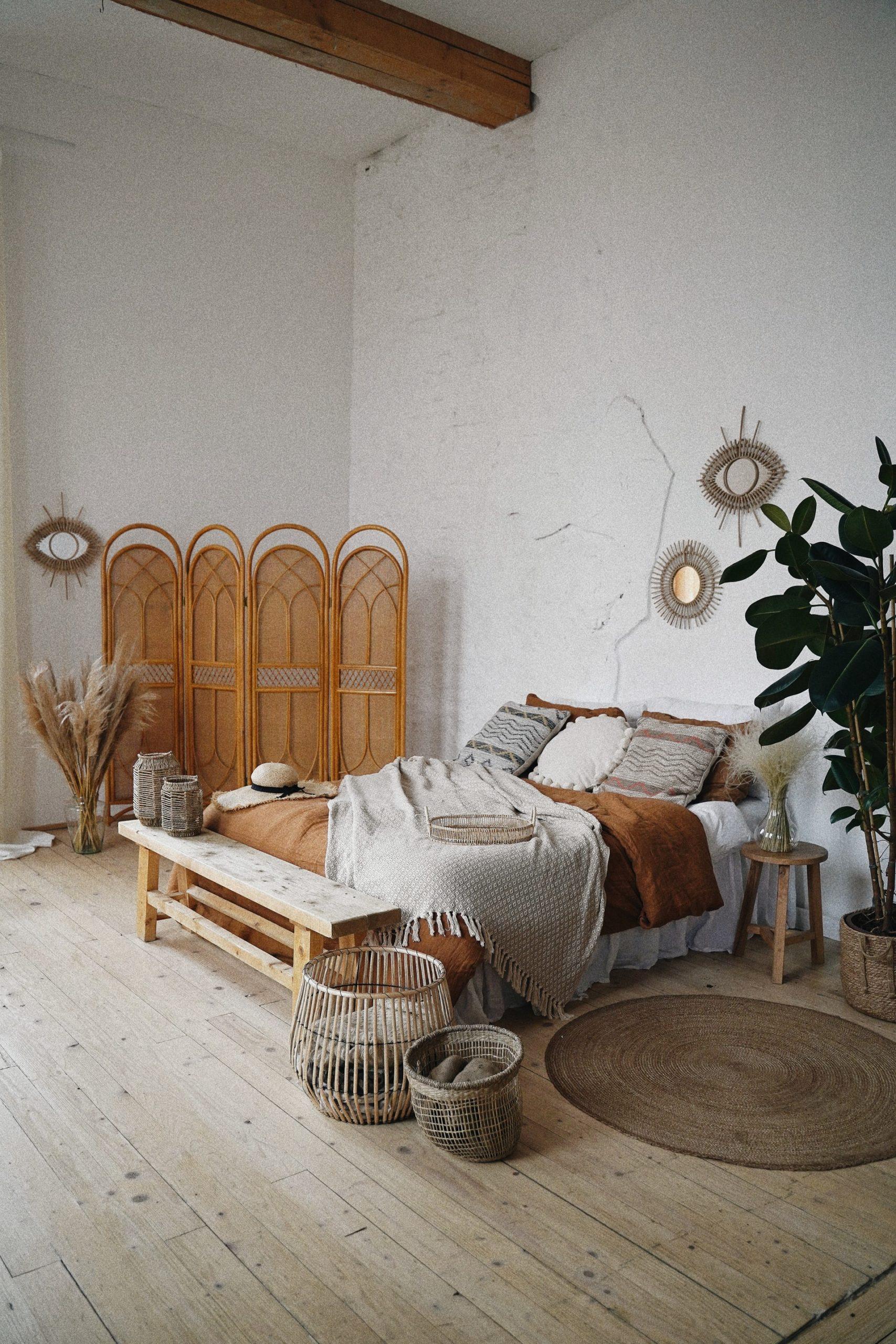 Zimmer in neutralen Tönen und Bali-Flair dekoriert