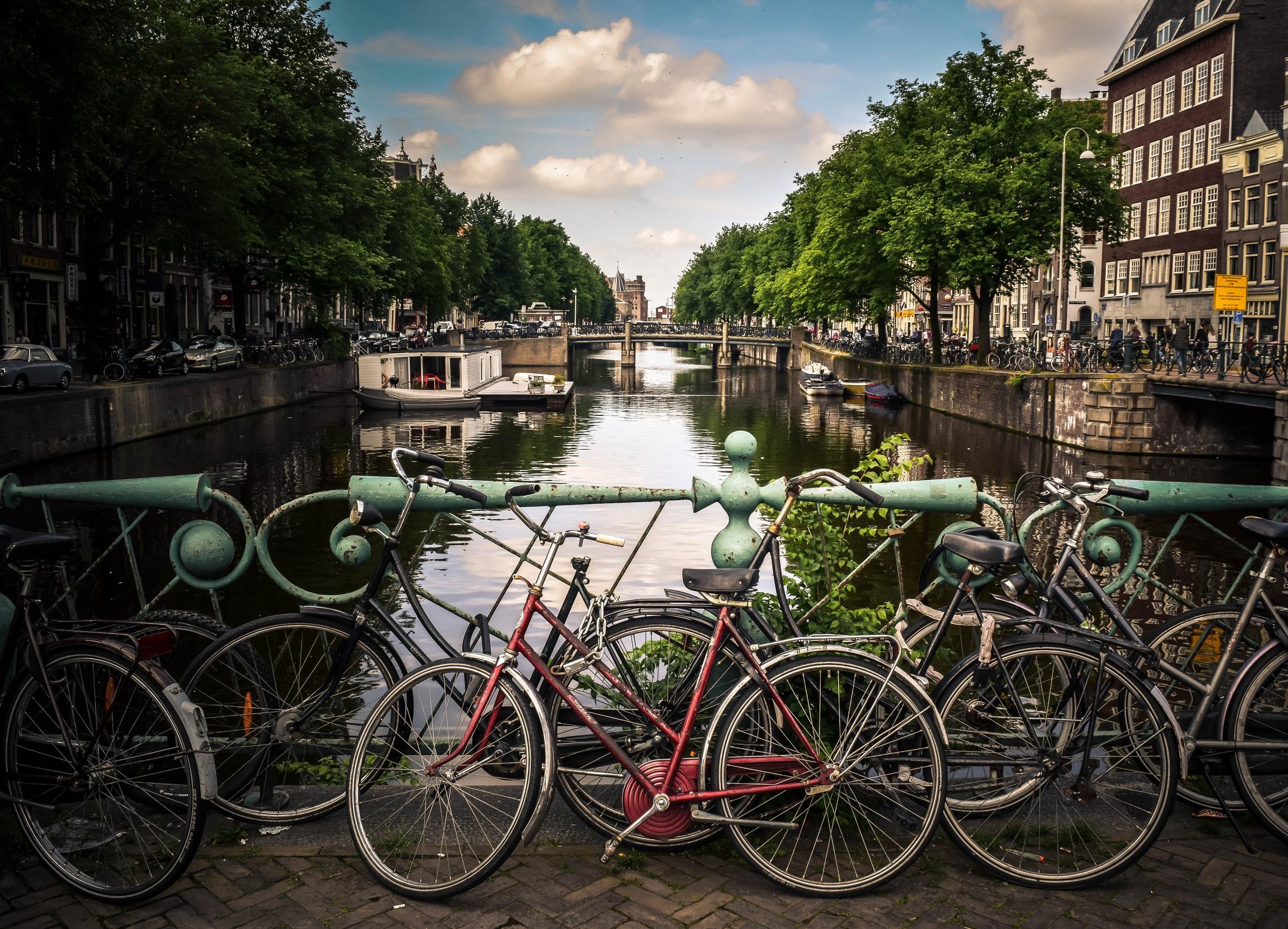 Typisch Amsterdam: Fahrräder, Brücken und Wasser