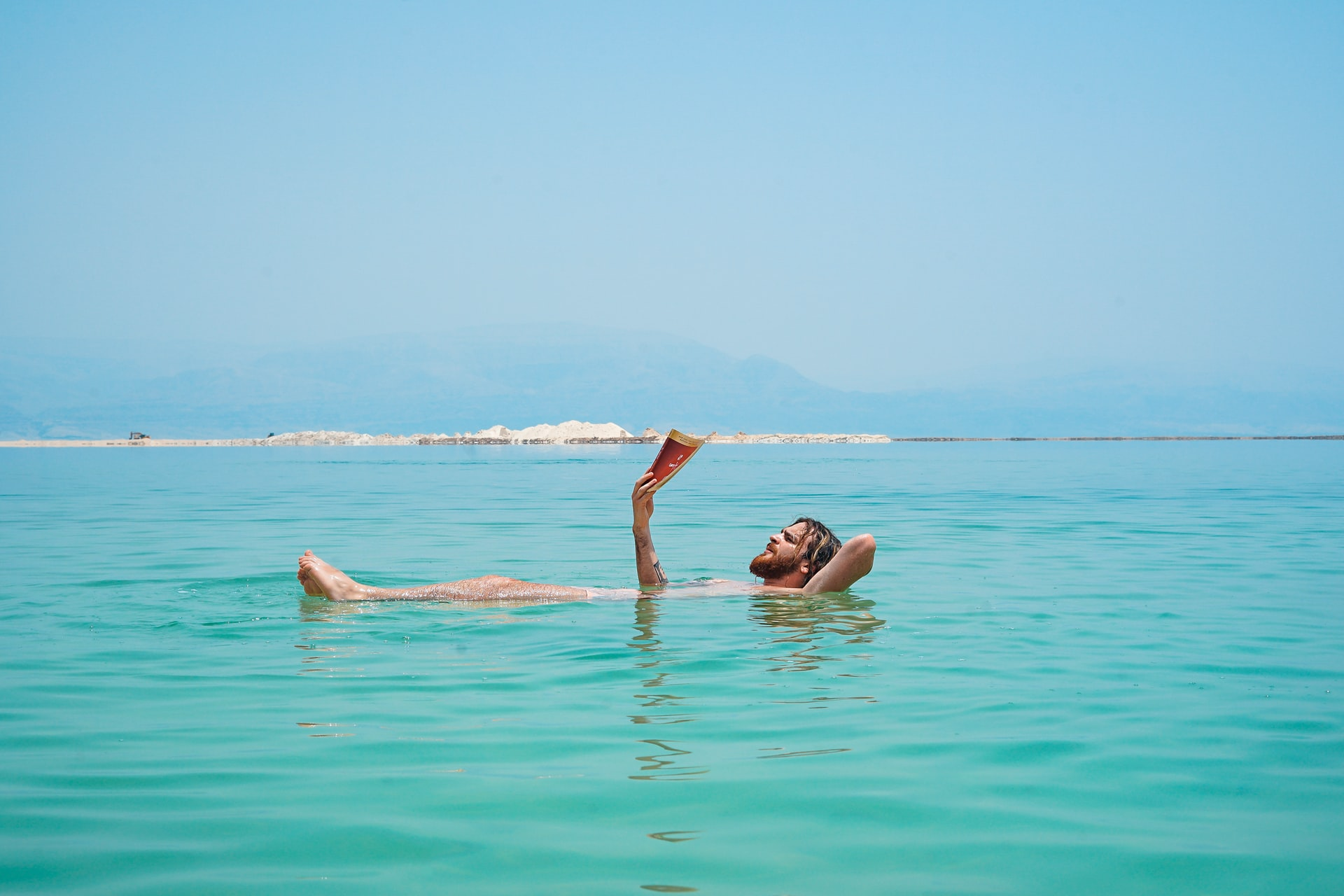 Mann schwimmt im Toten Meer